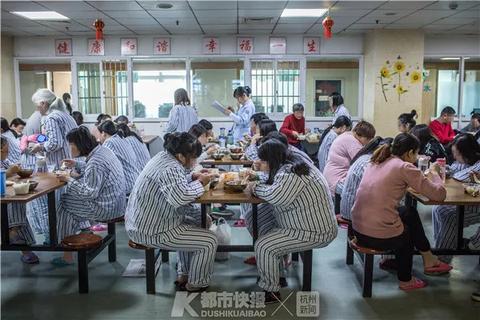 晚饭时间,患者们和一些家属,在公共活动区兼餐厅内用餐。