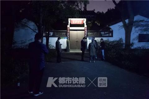 去年金庸去世的消息传出后,   快报记者去云松书舍看了看,   有粉丝赶来纪念他。   本报资料图
