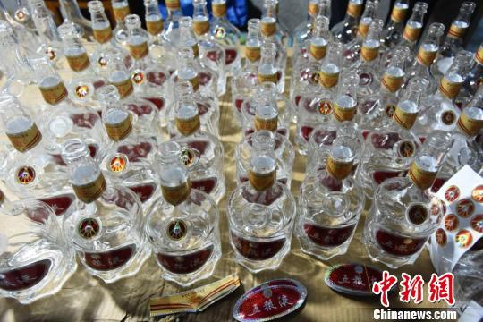 查获的假冒酒瓶。台州公安供图