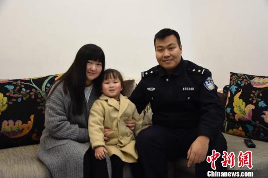 李汝亮首次背上返乡的行囊,牵着妻女的手,回老家过年。 公安提供