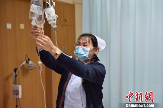 图为:春节期间值班的护士 方临明 摄