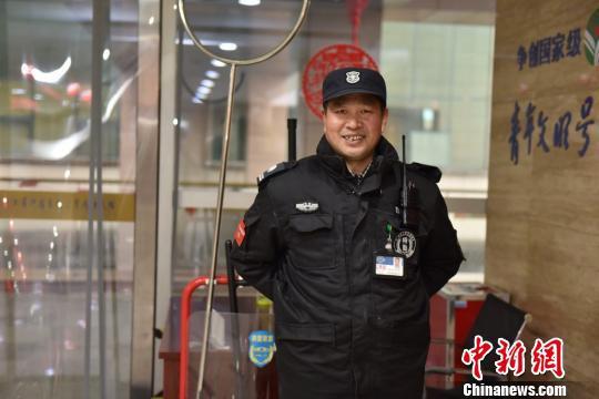 图为:春节期间值班的保安 方临明 摄