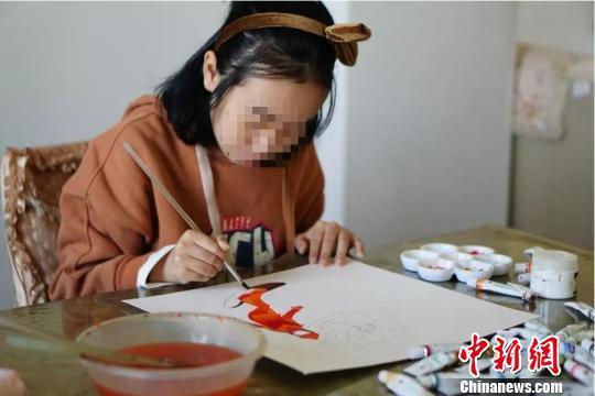 图为:苏轩奕正在画画。受访者供图