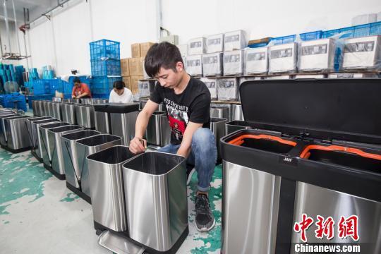 图为:台州黄岩塑料制品企业赶制分类垃圾桶 王敏智 摄