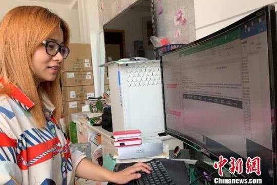 朱如林在电脑上接单祝小刚摄