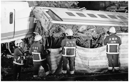 这是10月21日拍摄的列车出轨翻覆事故救援现场 据新华社