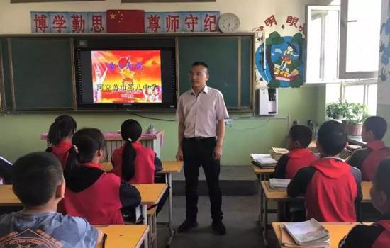 听说支教老师强哥要回杭州 全班学生哭着不让他走