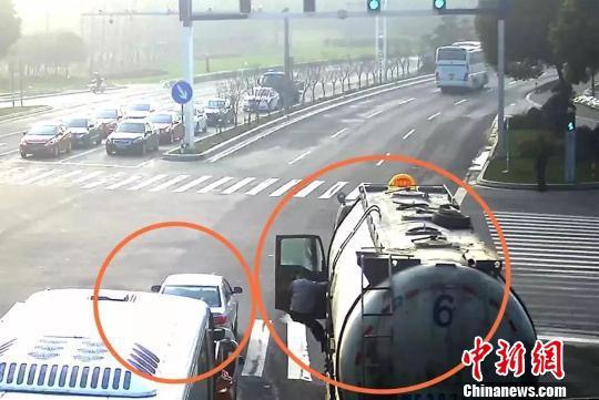 """图为十字路口的油罐车和""""无人驾驶""""的小轿车。 平湖公安供图 摄"""