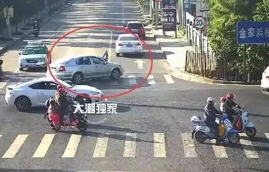 撞到行人后,可能驾驶员也慌了,没有刹车,反而径直撞到了路口的桥上才停住。