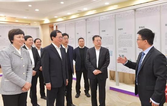 """1月18日,省委书记车俊参观""""海外学子浙江行""""十年成果展。"""