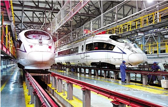 1月20日深夜,上海铁路局杭州动车运用所内灯火通明,工作人员通宵值守,对动车组进行检修维护,确保春运列车安全运行。