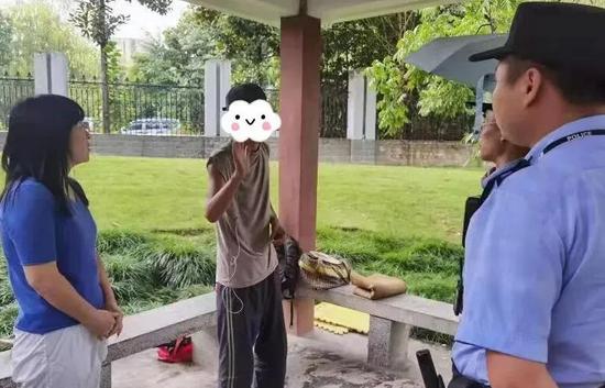 杭州街头父母子女重逢 儿子出走6年父母打工还债寻子