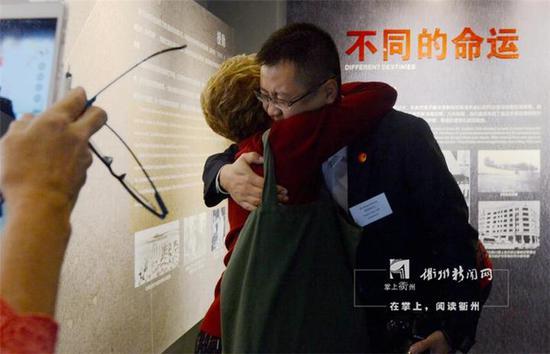 奥扎克女士与衢州民间学者郑伟勇紧紧相拥,她感谢郑伟勇使她更加了解了自己的父亲
