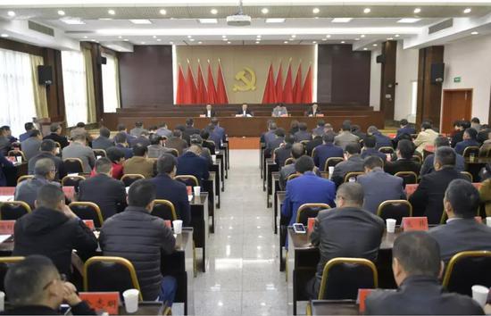 根据省市委决定,方毅同志担任桐庐县委书记,朱华同志不再担任桐庐县委书记。