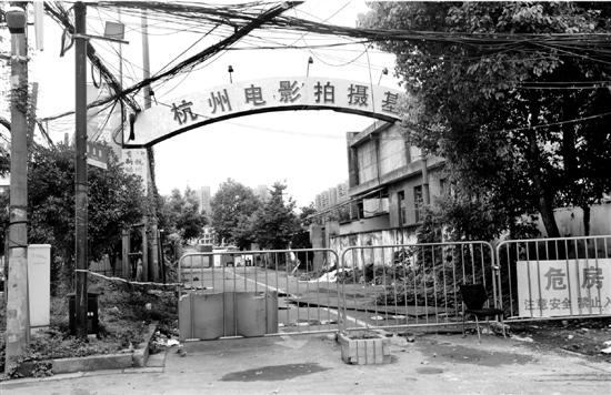 围栏内如今是一片萧条的拆迁景象。