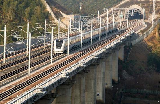 (早上8点10分,首班动车组高速通过杨林站 本报记者 吴崇远/摄)