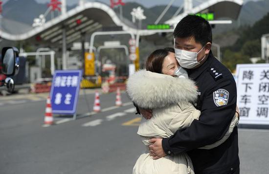 浙江夫妻52天后重逢 当初在高速口拥抱10秒后分开