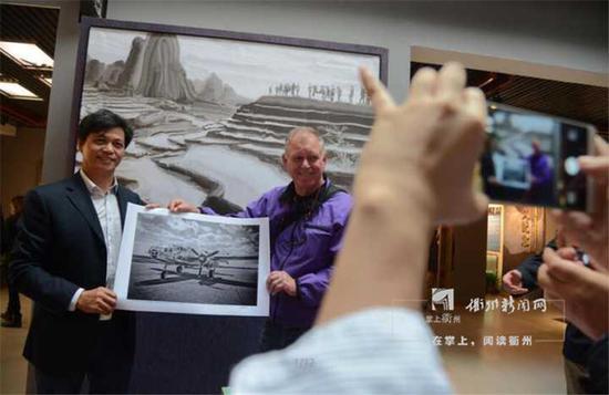 因杜立特突袭行动,衢州与美国雷德温市结为友好城市。这是来访的雷德温市摄影家向纪念馆捐赠他拍摄杜立特突袭同型轰炸机照片。