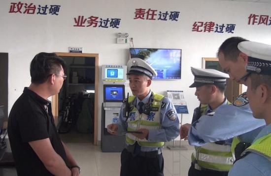 靳某接受交警询问。高速交警供图