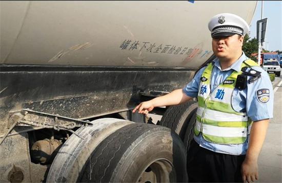图为交警检查事故车辆轮胎 宁波高速交警供图