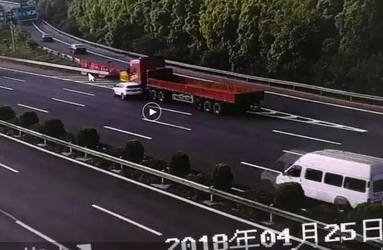 视频里,别克车向右改道,撞到大货车