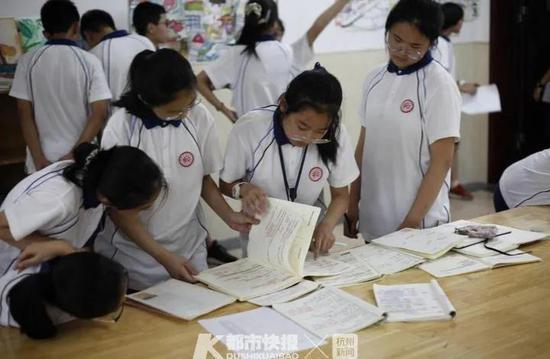 杭州一学校摆出摊位义卖笔记 用来帮助困难学生和家庭