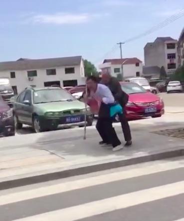 陈尉背起老人过马路 网络 供图