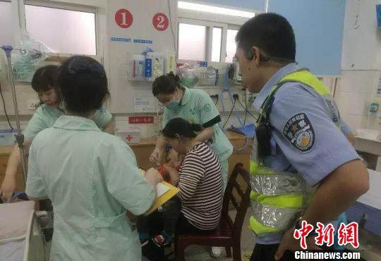 急诊室里,幼童转危为安 吴必平 摄