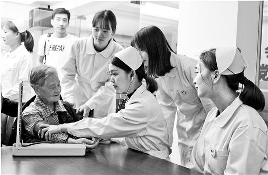 上图:浙江树人大学健康与社会管理学院学生为老人服务。