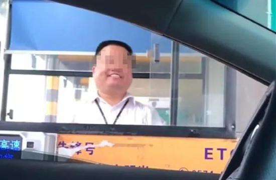 """网友拍的宁波收费员,称之为""""职业假笑""""。"""