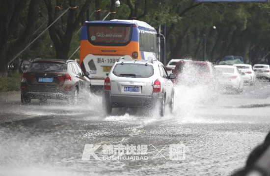 管制取消后路面积水慢慢消退,车辆通过积水