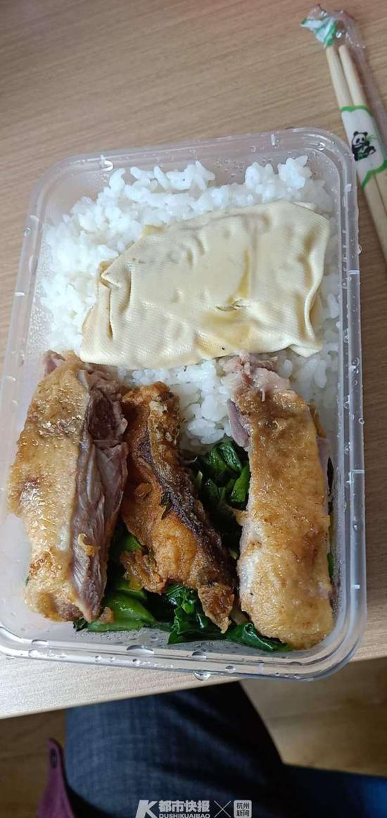 李伟漂了半个多月后吃到的第一份盒饭