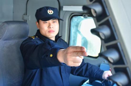 (中国铁路上海局集团有限公司杭州机务段机车司机手笔确认机车信号降级显示,确保行车绝对安全)