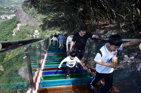 """""""十一""""黄金周到来,全国各地游客纷纷来这里体验悬崖玻璃桟道。"""