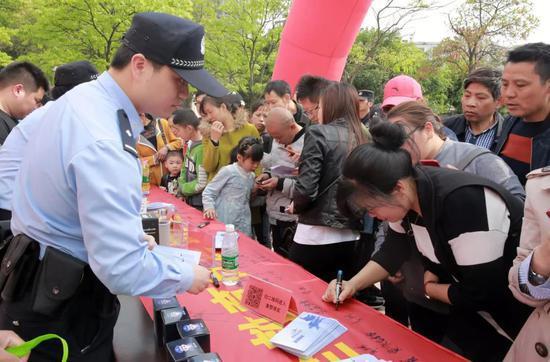 图为:吴欣泽工作时候的场景。玉环公安供图