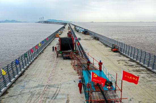 全长46.7公里 舟山敷设国内跨海路径最长随桥电缆