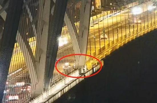 浙江一女子准备跳桥轻生 民警及时出手将其安全带回