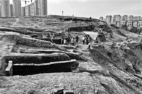 考古队挖掘现场。北京青年报 图文物贩子兜售汉墓砖每块开价200元
