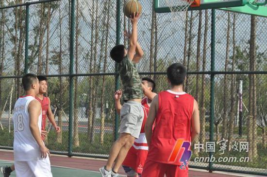 市民在滨江体育公园打篮球。(林海摄)