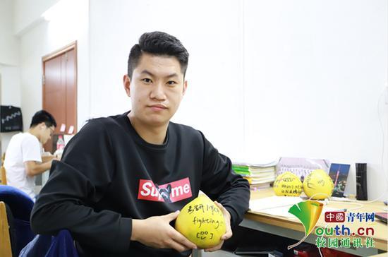 """考研学子拿到""""加油柚""""。中国青年网通讯员 闫柏峄 摄"""