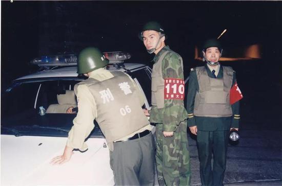 图为:最右为台州市黄岩区公安分局情指联勤中心民警方良明 刘冰菲 摄