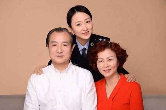 杨悦和家人的合影。湖州公安提供