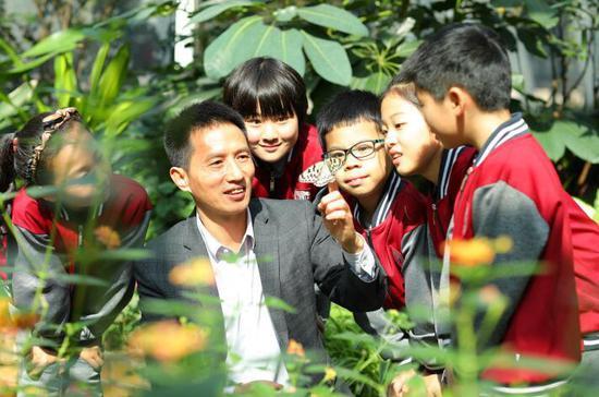 胡校长和孩子们在蝴蝶园