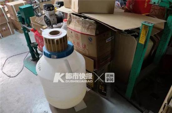 卫生间内灌制生产假酒生产操作简单,生产条件简陋