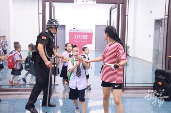 浙江一小学开启地下接送模式 保障安全和交通问题