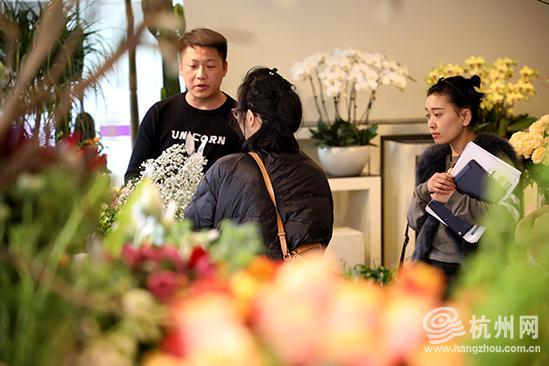 前来买花和订花的市民络绎不绝。