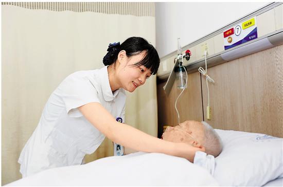杨琳在省人民医院认真工作。 拍友 史俊 摄