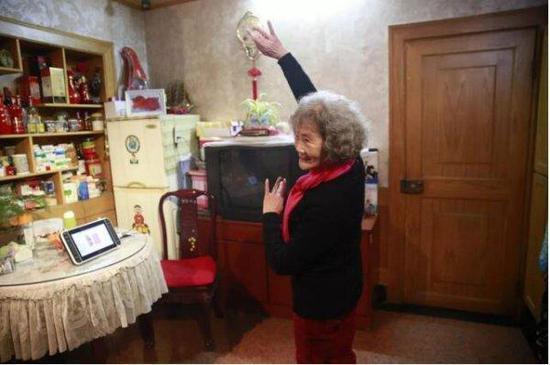 胡晖在家练习舞步。