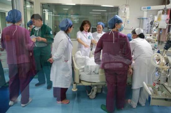马女士转入重症监护室进一步治疗和抢救
