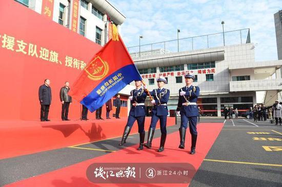 (图:仪仗队员护卫着中国消防救援队旗正步行至主席台前)